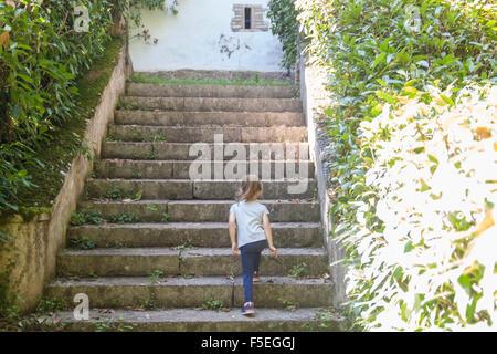 Rückansicht des Mädchens zu Fuß Schritte - Stockfoto