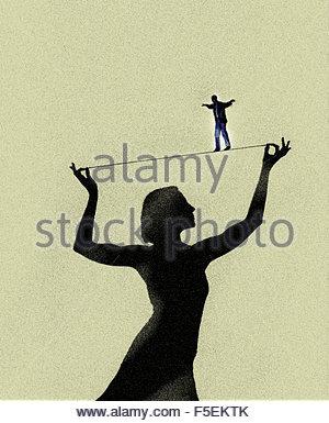 Gratwanderung, unterstützt von Frau Mann - Stockfoto