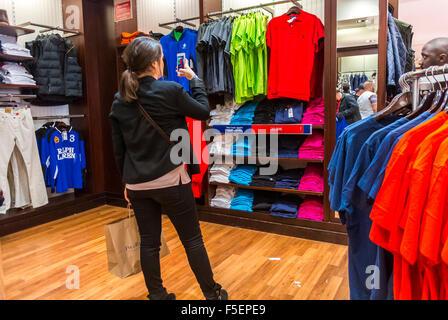 ... Paris, Frankreich, Frau nehmen Bilder, beim Einkaufen in  Luxus-Boutiquen in La bd1a10642a
