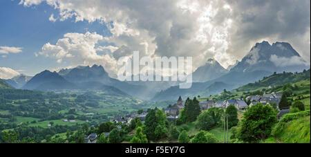 Abendlicht über Dorf, hohe Pyrenäen dahinter, Lescun, Aquitaine, Frankreich