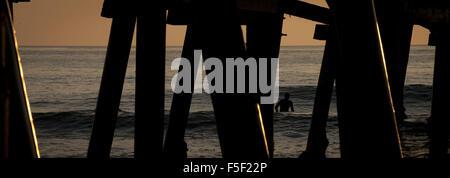 San Clemente, Kalifornien, USA. 9. Dezember 2012. Eine Surfer südlich der San Clemente Pier wartet auf die perfekte - Stockfoto