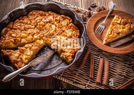 Apfelkuchen in der Backform mit einer Scheibe entfernt
