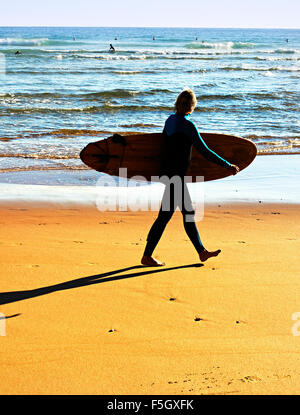 Silhouette der Surfer mit Surfbrett am Ocean Beach. Portugal - Stockfoto