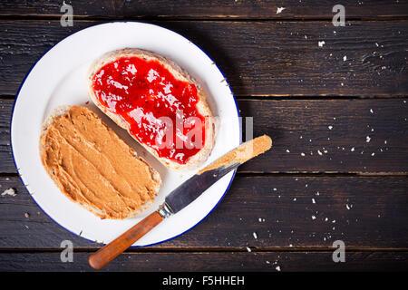 Erdnussbutter und Marmelade Sandwich auf einem rustikalen Tisch. Direkt von oben fotografiert. - Stockfoto