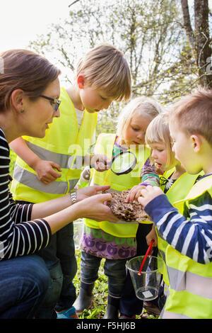 Schweden, Vastergotland, Olofstorp, Bergum, Frau, die Betreuung der Kinder (2-3, 6 und 7) im freien - Stockfoto