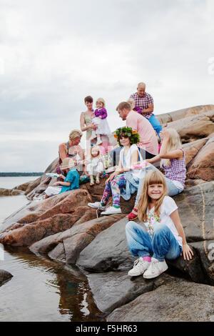 schweden uppland roslagen gro e familie picknick auf den felsen am meer stockfoto bild. Black Bedroom Furniture Sets. Home Design Ideas
