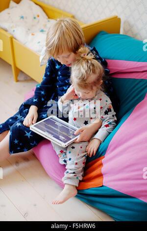 Schweden, jungen (10-11) und Mädchen (2-3) mit tablet - Stockfoto