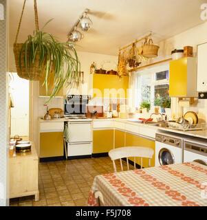 Gelbe 70er Jahre Küche Stockfoto, Bild: 9765287 - Alamy