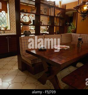 Überprüft Kissen Bankett Bestuhlung An Einen Dunklen Holztisch In Einem  70er Jahre Wohnküche   Stockfoto