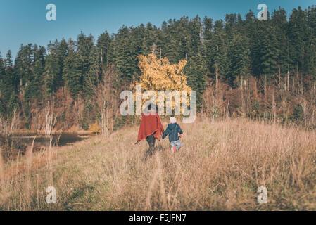 Mutter und Sohn wandern in der Natur - Stockfoto