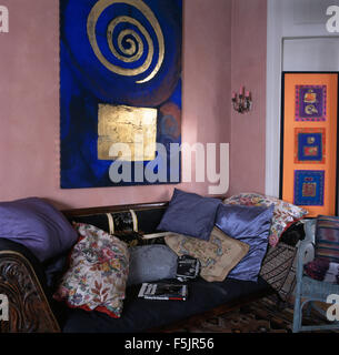 Große Blaue Und Vergoldete Malerei über Sofa Mit Kissen In Rosa Neunziger  Jahre Wohnzimmer Gestapelt