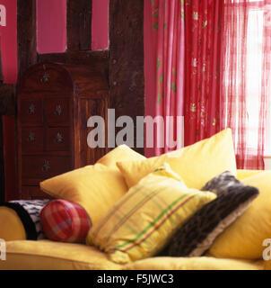 rosa sofa vor fenster in holzbalken ferienhaus wohnzimmer mit sammlung von kleinen bildern an. Black Bedroom Furniture Sets. Home Design Ideas