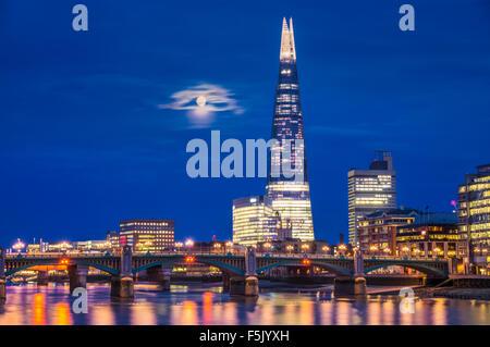 Die Scherbe und Skyline bei Nacht Sonnenuntergang Stadt der London South Bank Southwark London England UK GB EU - Stockfoto