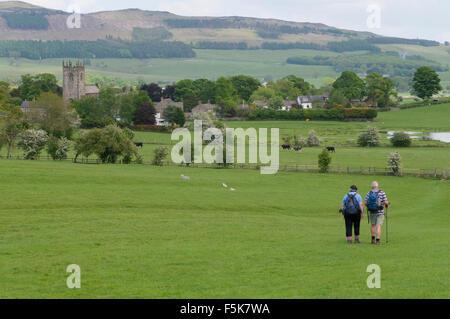 Zwei Wanderer in einer wunderschönen Landschaft zu Fuß über ein Feld in Richtung rollenden Hügeln & malerischen - Stockfoto