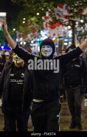 Cardiff, Vereinigtes Königreich, 5. November 2015. Demonstranten nehmen Teil in der Million Maske März in Cardiff, - Stockfoto