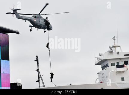 Lissabon, Portugal. 5. November 2015. Soldaten der besonderen Kraft Einheit Board ein Schiffes durch ein Seil während - Stockfoto