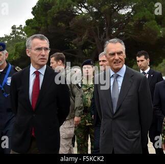 Lissabon, Portugal. 5. November 2015. NATO Secretary General Jens Stoltenberg (L) und Portuguese President Anibal - Stockfoto