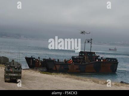 Lissabon, Portugal. 5. November 2015. NATO-Soldaten beteiligen sich an einen Strand amphibischen Angriff während - Stockfoto