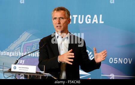 Lissabon, Portugal. 5. November 2015. NATO-Generalsekretär Jens Stoltenberg Gesten während einer Pressekonferenz - Stockfoto