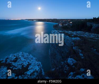 Schweden, Gotland, Hogklint, Blick auf die Küste in der Nacht - Stockfoto