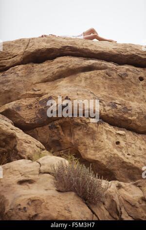 Frau entspannend auf Rock Formation, Stoney Point, Topanga Canyon, Chatsworth House, Los Angeles, Kalifornien, USA - Stockfoto