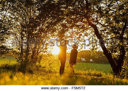 Schweden, Sodermanland, Jarna, junges Paar bei Sonnenuntergang - Stockfoto