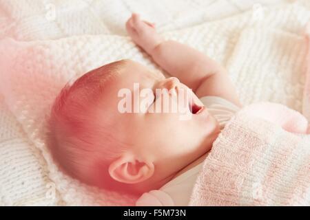 Baby im Schlaf Gähnen - Stockfoto