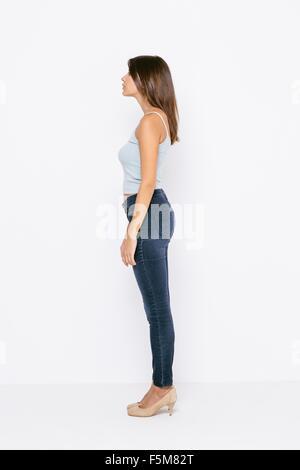 Voller Länge Seitenansicht der jungen Frau mit Weste und einer Skinny jeans - Stockfoto