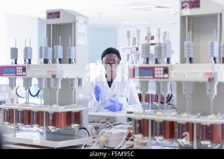 Porträt des Wissenschaftlers im Labor - Stockfoto