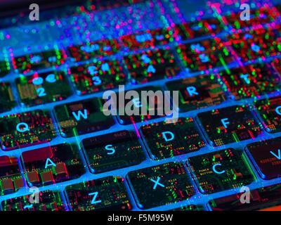 Doppelbelichtung von innen und aus einem Laptop-Computer, das die elektronischen Komponenten unter der Tastatur - Stockfoto