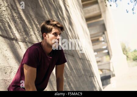 Mann gelehnt Struktur, Arroyo Seco Park, Pasadena, Kalifornien, USA - Stockfoto