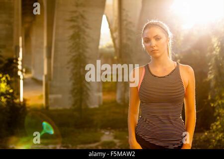 Jogger mürrisch unter Bogenbrücke, Arroyo Seco Park, Pasadena, Kalifornien, USA - Stockfoto