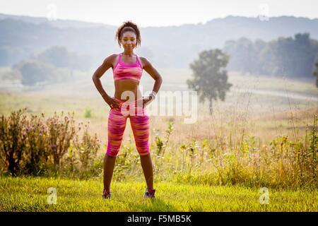 Porträt von überzeugt junge weibliche Läufer im Naturpark - Stockfoto
