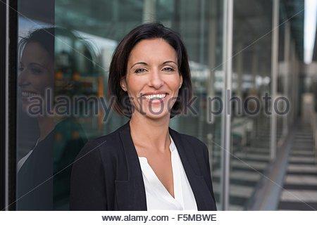 Porträt von glücklich Reife Geschäftsfrau vor Flughafen - Stockfoto