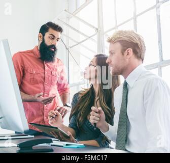 Geschäftsleute in Brainstorming-Sitzung vom Bürofenster - Stockfoto