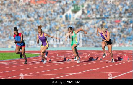 Vier weibliche Athleten auf Leichtathletik-Laufbahn verlassen Startblöcke - Stockfoto