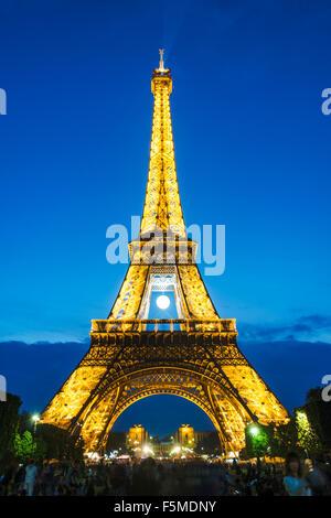 Beleuchteten Eiffelturm bei Nacht, tour Eiffel, Champ de Mars, Paris, Ile de France, Frankreich - Stockfoto
