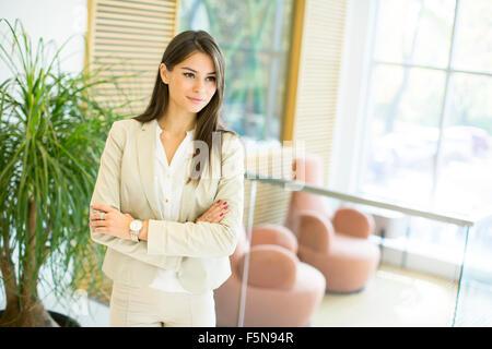 Hübsche junge Frau im Büro - Stockfoto