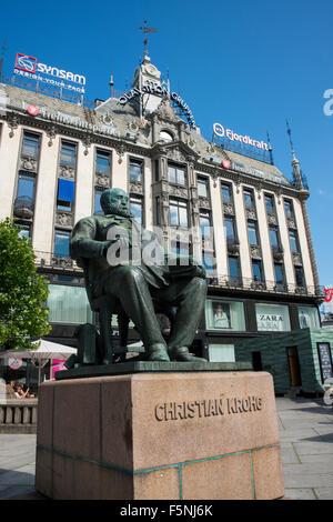 Norwegen, Oslo. Karl Johans Gate, Innenstadt Fußgängerzone. Statue von Christian Krohg. - Stockfoto
