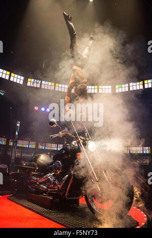 Melanie Chy, Gleichgewicht und Kraft auf ein Honda Motorrad handeln. Olivier preisgekrönten Show La Soiree wieder - Stockfoto