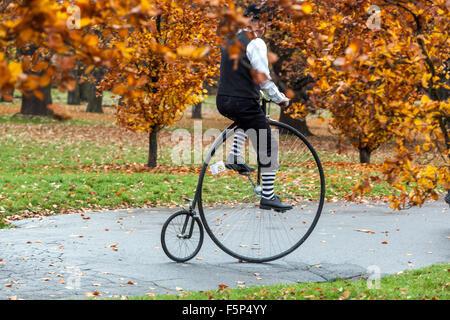 Menschen in traditionellen Penny Farthing Radrennen. Teilnehmer gekleidet in historischen Kostümen, Prager Letna - Stockfoto