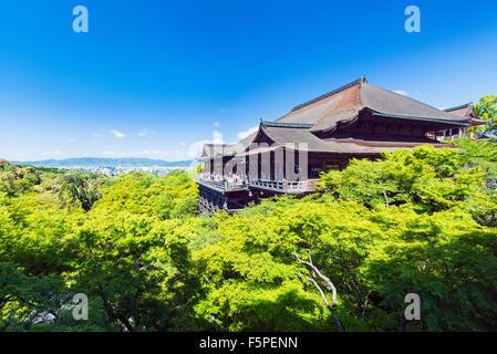 Kiyomizu-Dera Tempel, umgeben von üppiger Vegetation an einem klaren sonnigen Tag im Frühling - Stockfoto