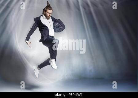 Gut aussehend springen Geschäftsmann tragen stilvolle Zeug - Stockfoto