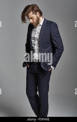 Porträt der jungen schönen stilvollen Geschäftsmann - Stockfoto