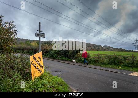 Bathampton, Bath, Somerset, UK. 8. November 2015. Eine Dogwalker übergibt Kampagne Zeichen zu stoppen das potenzielle - Stockfoto