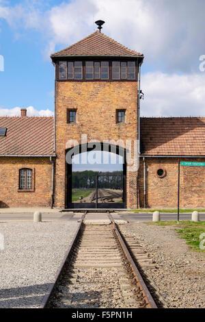 Zug vor dem Haupteingang Tor in Auschwitz II-Birkenau Deutsche Nazi Konzentrations- und Vernichtungslager Vernichtungslager. - Stockfoto