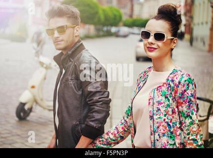 Fröhliches junges Paar in der Sommer-Innenstadt - Stockfoto