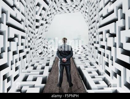 Geschäftsmann in abstrakte Labyrinth stehen - Stockfoto