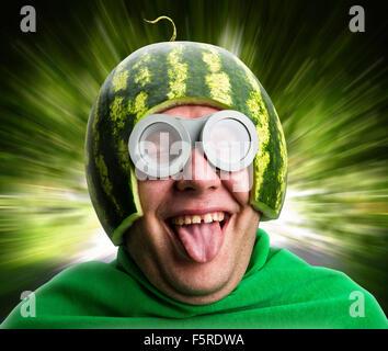 Lustiger Mensch mit Wassermelone Helm und Brillen sieht aus wie eine parasitäre Raupe - Stockfoto
