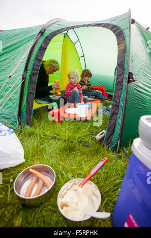 Schweden, Bohuslan, Smogen, Frau mit ihren zwei Kindern (4-5, 6 und 7) camping